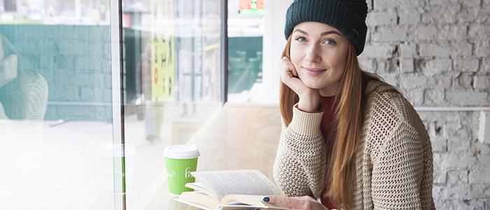 カフェで本を読んでいる女性