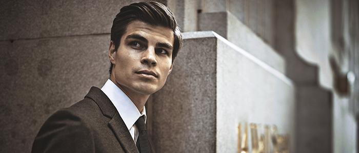 スーツを着ている外国人男性