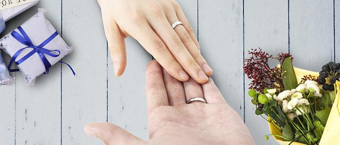 手を重ねているカップル