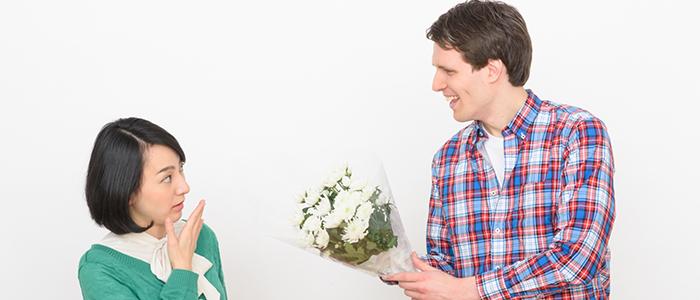 花束をプレゼントしている男性